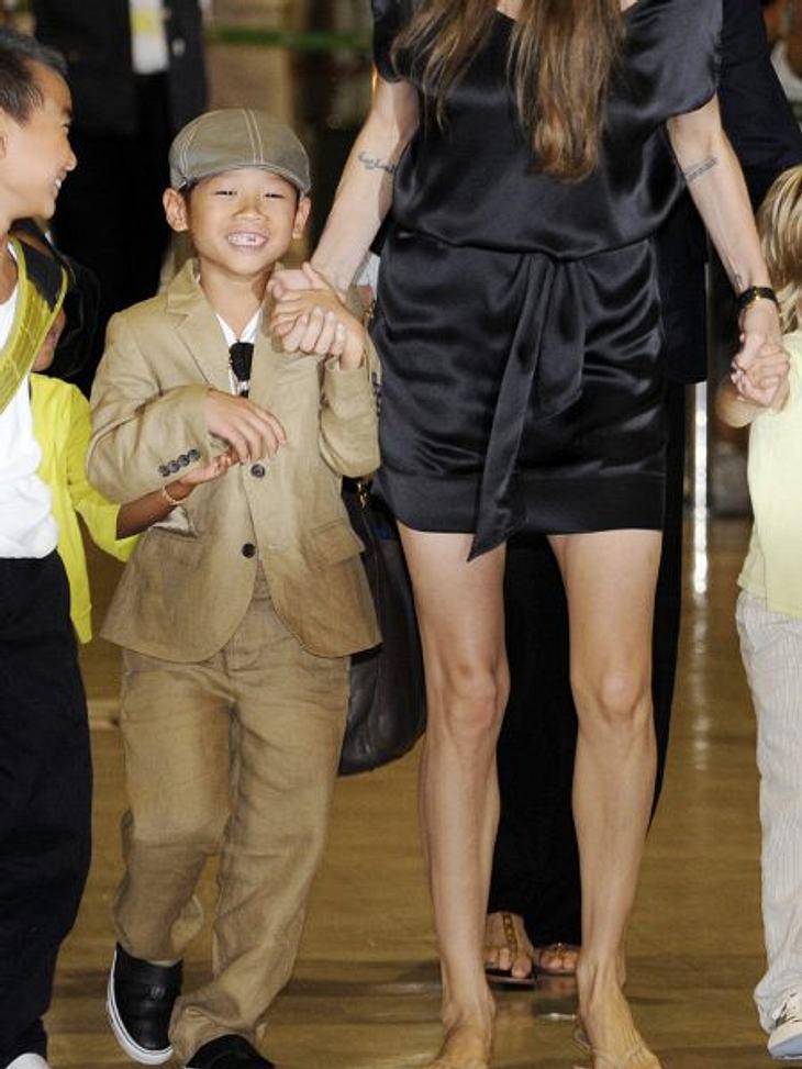 Die stylishen Promi-KinderAngelinas Sohn Pax (8) geht nicht wie Bruder Maddox in Shirt und Jeans aus dem Haus. Bei ihm muss es der beige Leinenanzug mit passender Kappe sein.
