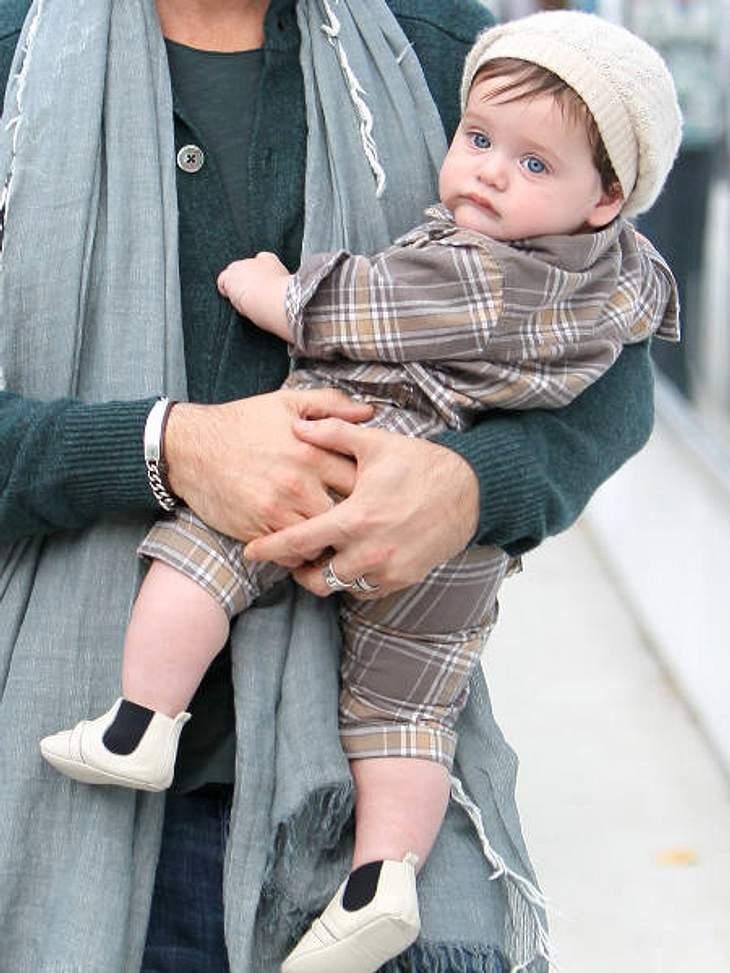 Die stylishen Promi-KinderDie Caro-Kombi von Skyler, die cremefarbene Wollmütze und die feinen cremfarbenen Lederschuhe sind wie immer perfekt aufeinander abgestimmt.