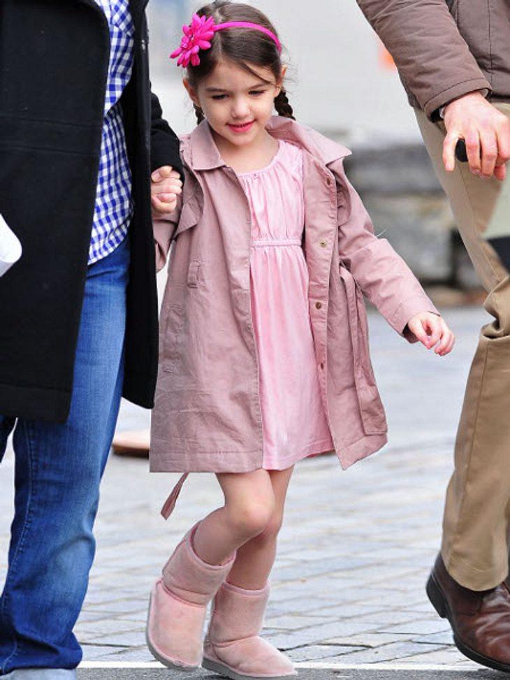 Die stylishen Promi-KinderTon in Ton: Suri Cruise im rosa Kleidchen mit passendem Mäntelchen und rosa Uggs.