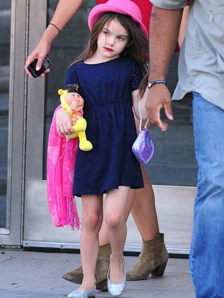 Die stylishen Promi-KinderSuri mal sommerlich im Jerseykleid mit Hut und natürlich Lippenstift.