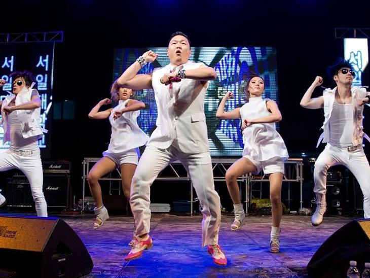 """Rapper Psy tanzt neue Moves zu seinem neuen """"Gentleman""""-Song."""