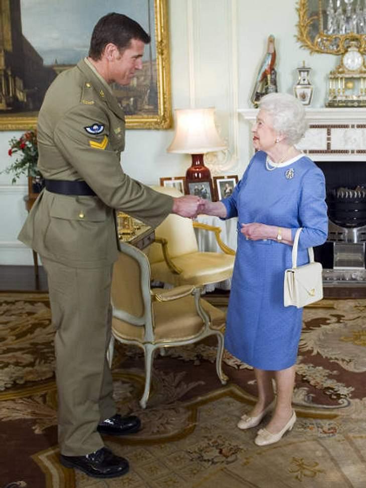 Royals bei der ArbeitDie Queen lädt natürlich auch zur Audienz: Hier verleiht sie dem australischen Soldaten Ben Robert-Smith das Victoria Kreuz.