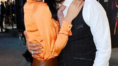 Rebecca Mir und Massimo Sinato kuschelten auf der Fashion Week Berlin. - Foto: Patrick Hoffmann/WENN.com