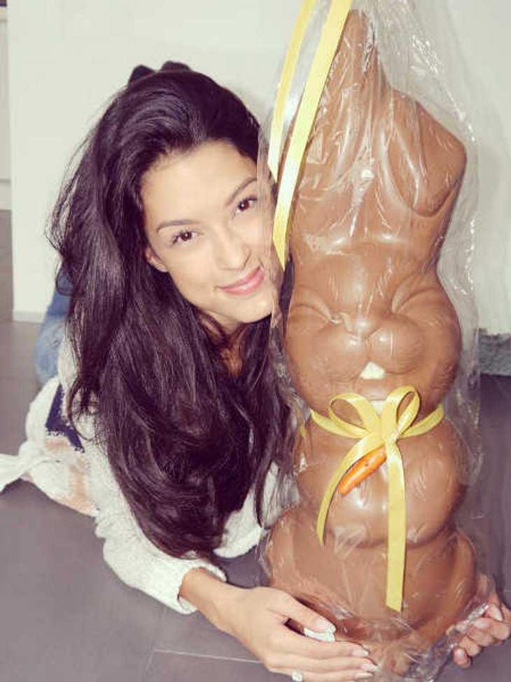 Rebecca Mir hat einen Riesen-Hasen bekommen.
