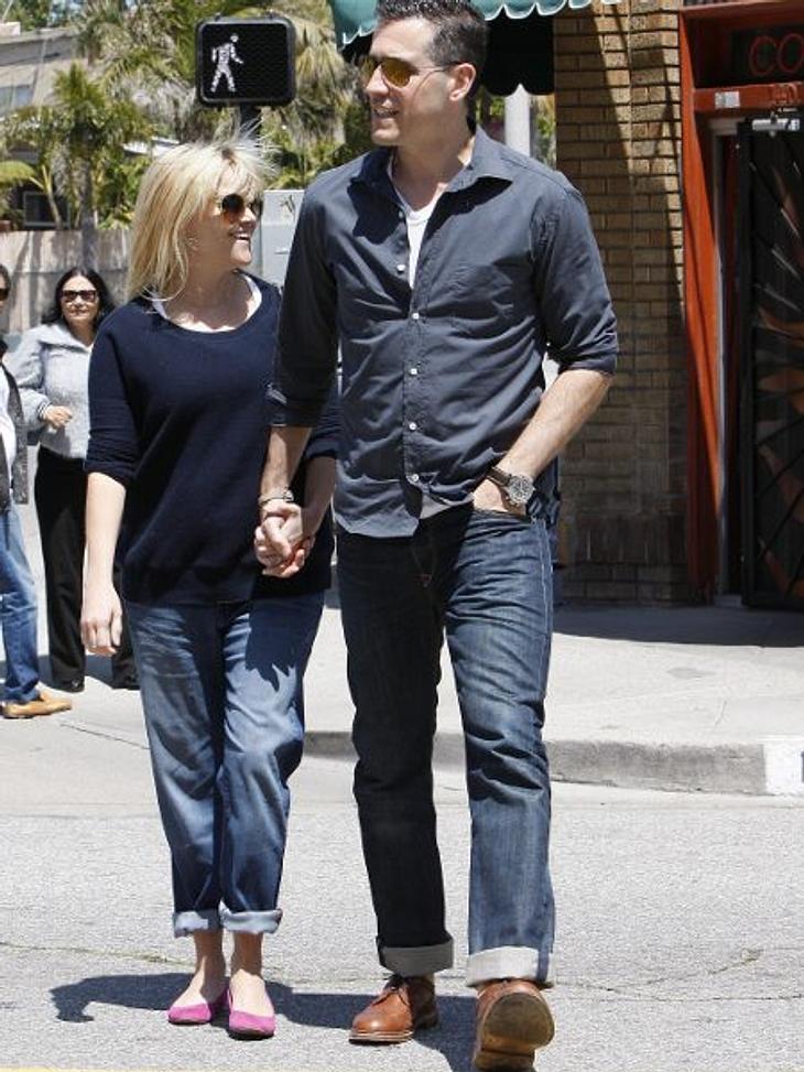Stars im SchlabberlookSie ist neu verheiratet und nun auch offiziell schwanger: Reese Witherspoon (36). Doch seit dem ist sie kaum wiederzuerkennen. Boyfriend-Jeans, T-Shirt und zerzauste Haare.