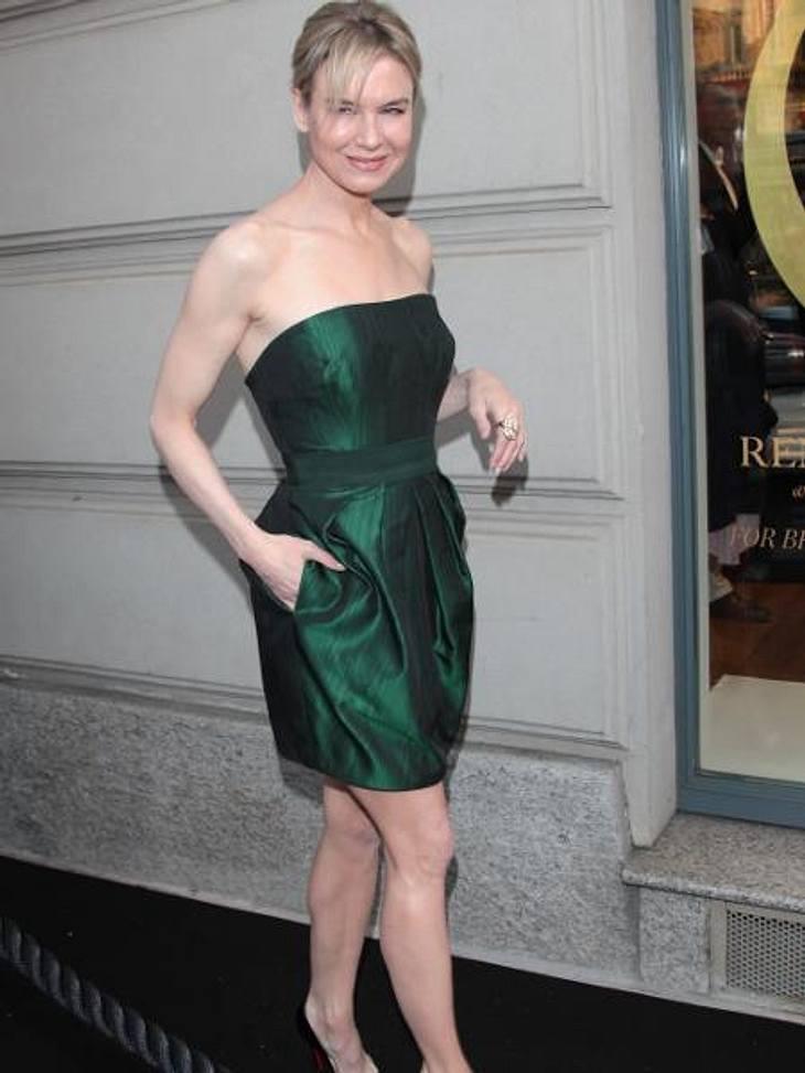 """Die Extrem-Diäten der StarsDie molligen """"Bridget Jones""""-Zeiten sind für Renée Zellweger (43) längst vorbei. Stattdessen präsentiert die Schauspielerin ihre immer knochiger werdenden Schultern und dürren Beinen. Bei 1,63 m soll Ren"""