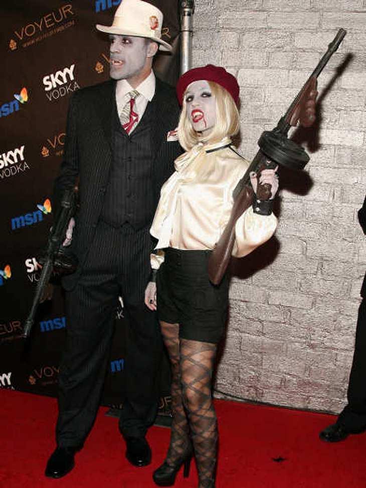 So feiern die Stars HalloweenSchauspielerin Eliza Dushku und ihr Freund Rick Fox als Zombie-Bonnie und -Clyde.