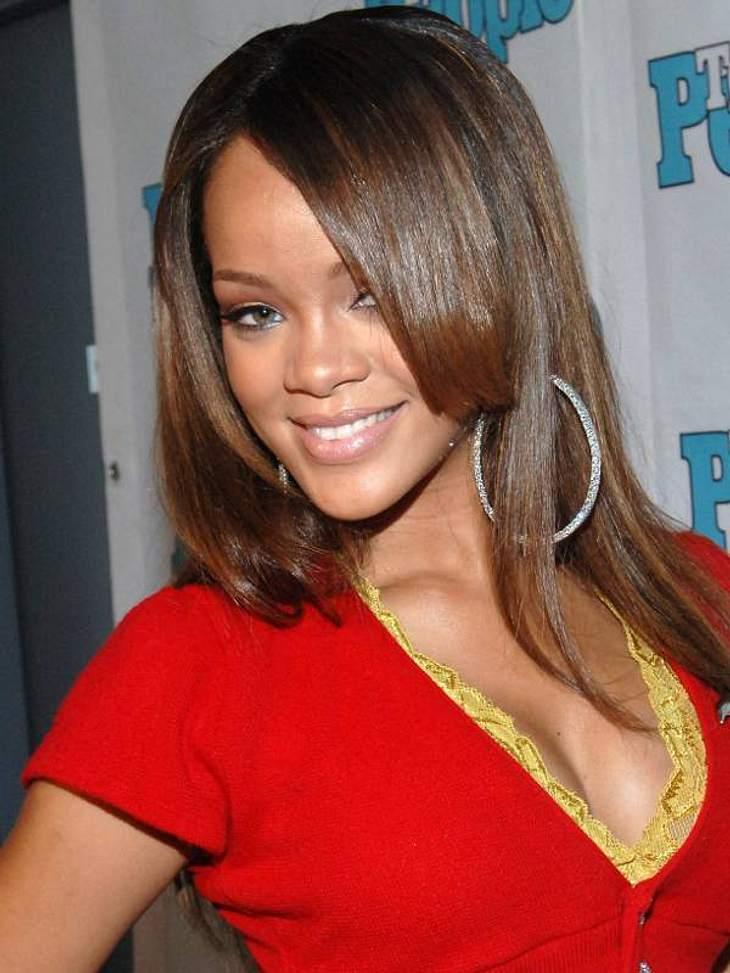 Rihanna: Das Frisuren-Chamäleon 2005 mimte Rihanna noch das brave Mädchen. Glattes, gestuftes braunes Haar.