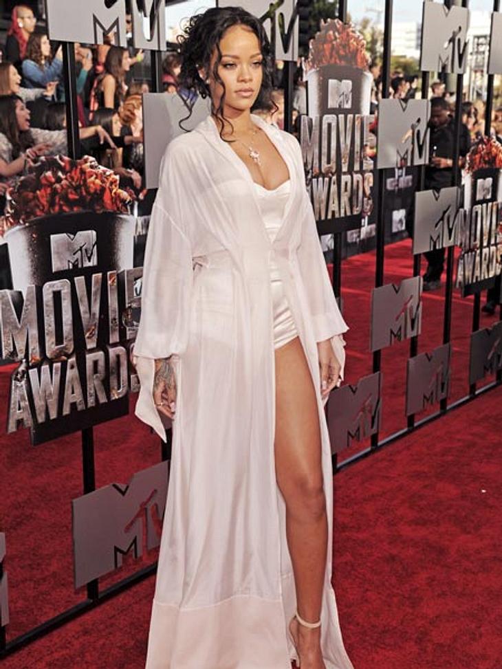 Rihanna ist heiß in Weiß: Im Schlafzimmer-Look begeisterte die 26-Jährige ihre Fans