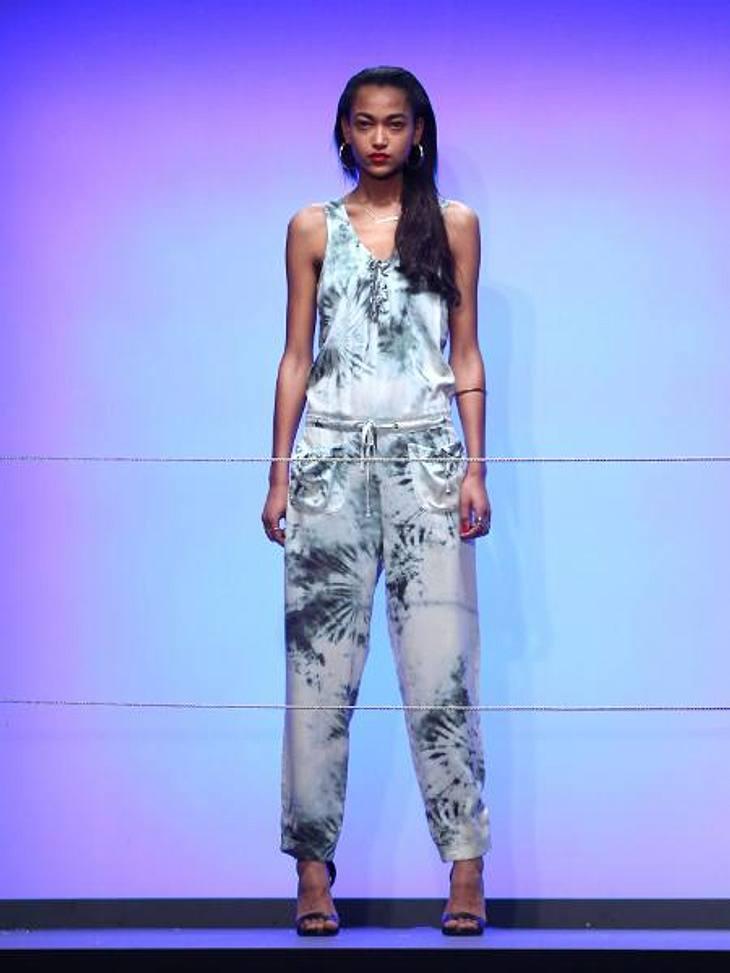 Rihanna: Ihre erste Fashion-Kollektion für River IslandComeback der 80er: Der Einteiler im Batik-Look ist für Rihannas Verhältnisse geradezu züchtig.