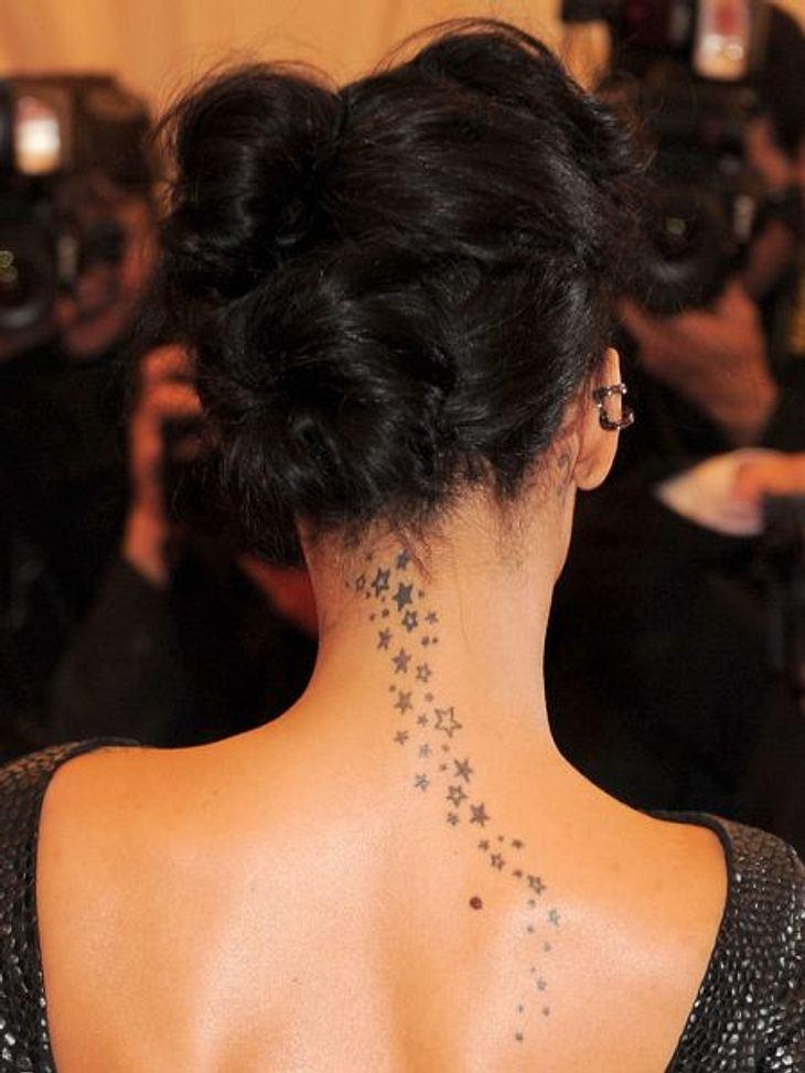Die Liebes-Tattoos der StarsAuf den ersten Blick eine ganz normale Ansammlung von Sternen auf dem Rücken von Rihanna (24). Was die wenigsten wissen, die Sängerin hat sich dieses Tattoo für ihren Ex-Freund Chris Brown (23) stechen lassen. Wi
