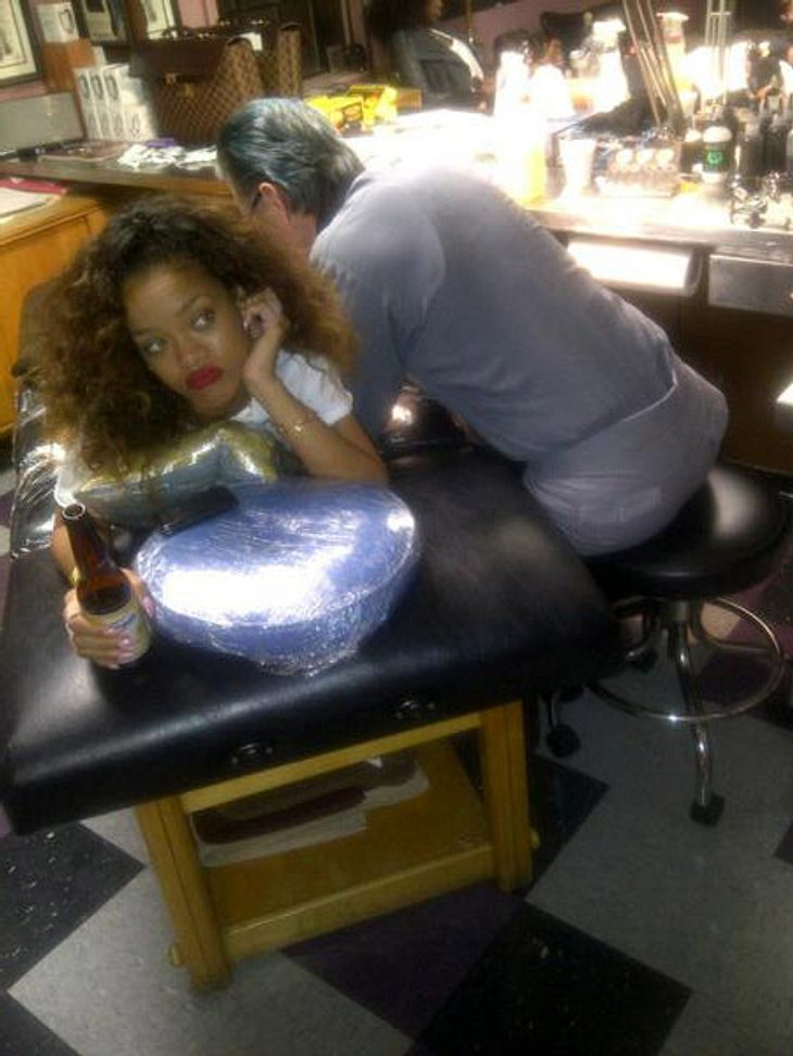 Rihanna im Tattoostudio