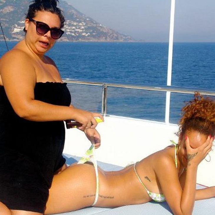 Rihanna: Ihre peinliche Sex-ShowRihannas Assistentin hebt das Höschen zwecks Eincremen mit Sonnenmilch: Auch dieser Schnappschuss aus Hawaii landete bei Facebook.