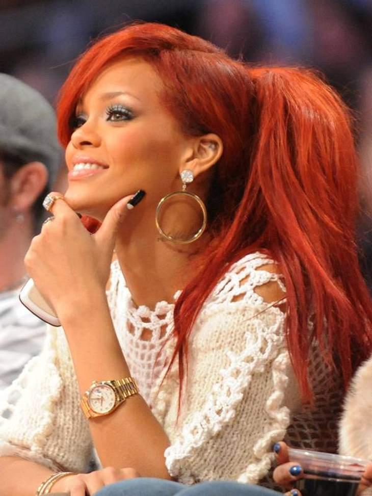 Diese Star-Frisuren sind TrendRot ist ein großes Thema im Bereich VIP-Frisuren.  Rihanna trägt jetzt Big Ponytail mit schrägem Pony.