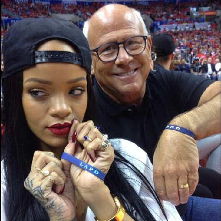 Rihanna guckt noch peinlich berührt