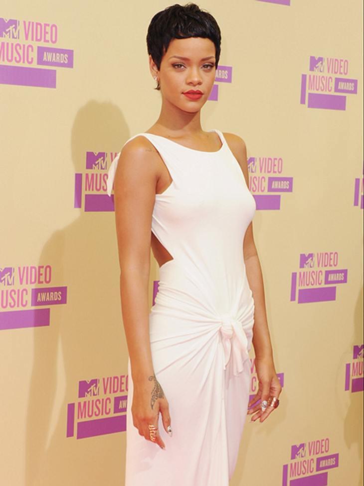 Der Style der VMA 2012: Tops & FlopsWeder Leder, ultrakurz oder tief ausgeschnitten: Rihanna (24) wählte den eleganten Look und trug eines der schönsten Kleider des Abends. Dazu präsentierte sie ihren neuen raspelkurzen Pixie-Cut, der a