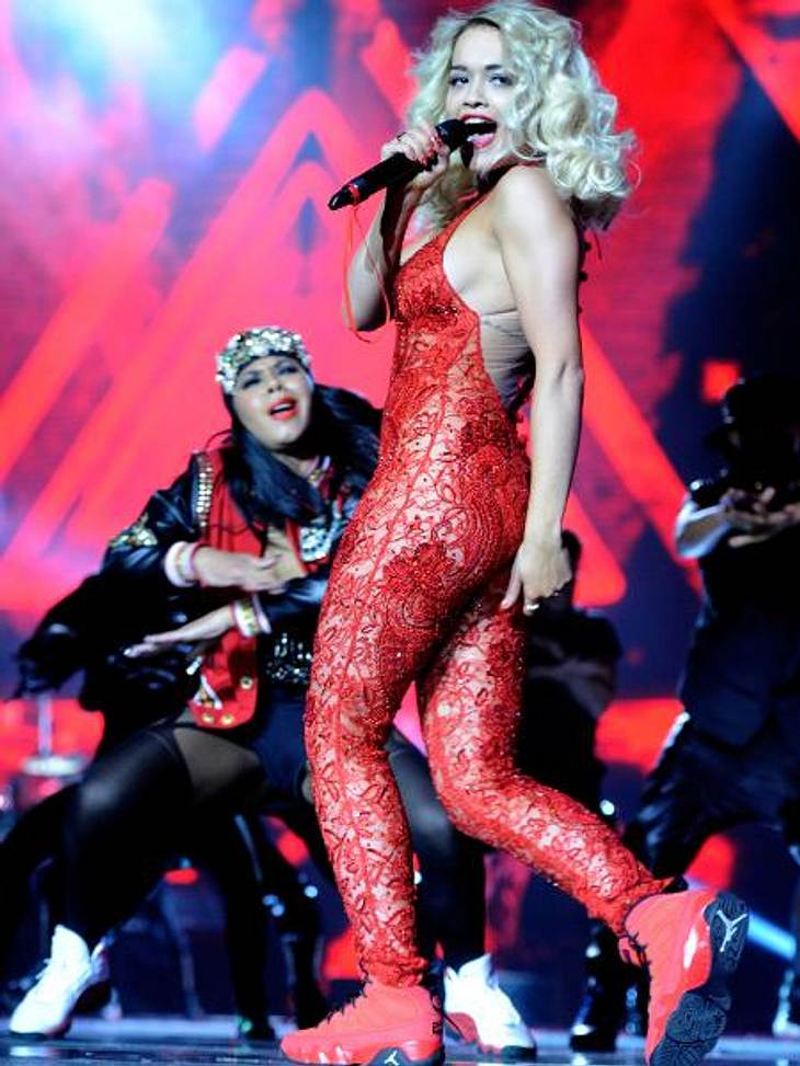 MTV Europe Music Awards 2012 - Die HighlightsFür Sex-Appeal auf der Bühne sorgte Rita Ora (21) im roten Spitzen-Catsuit.