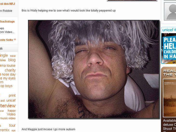 Robbie Williams mit Perücken der etwas anderen Art.