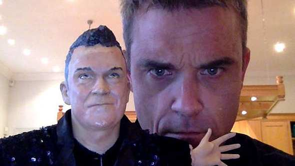 Robbie Williams Puppe Tochter - Foto: Twitter / Robbie Williams