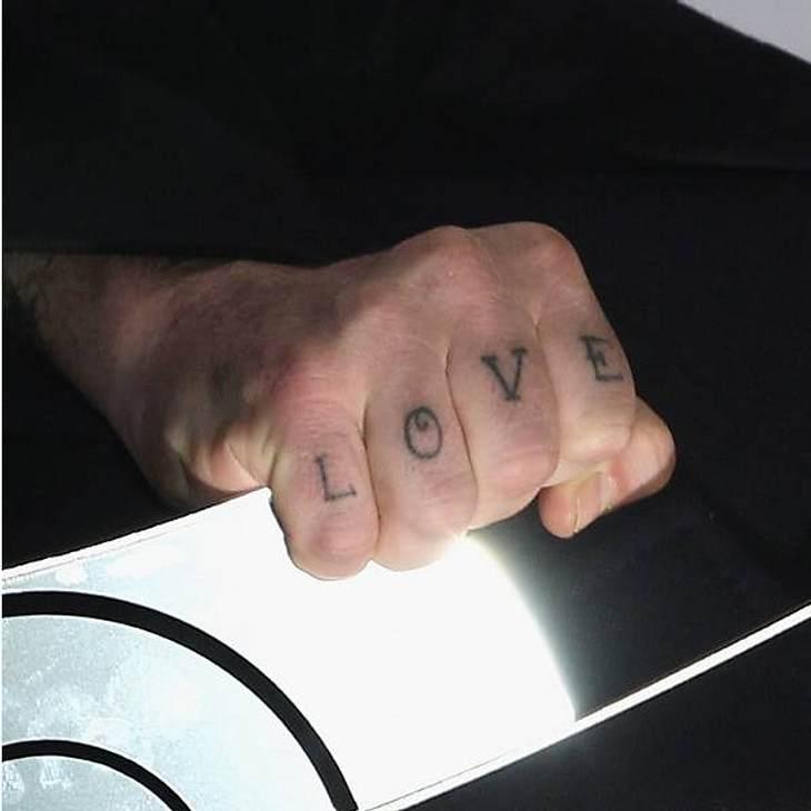 Tattoos: Diese Star-Bilder gehen unter die HautLOVE: Einfach, schlicht und ergreifend. Hat aber was von Knast-Tattoo.