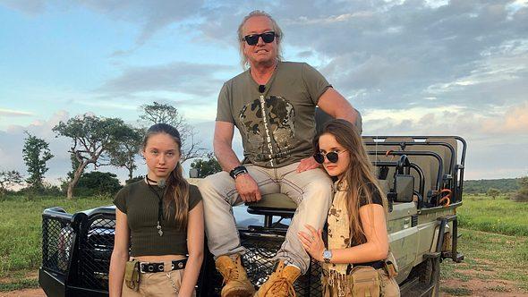 Robert Geiss mit seinen Töchtern Davina und Shania - Foto: RTLzwei
