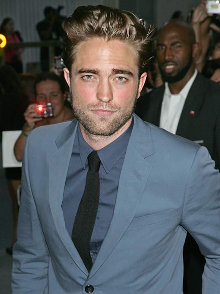 """""""Twilight"""": Witziges & WissenswertesRobert Pattinson zog ein paar Wochen vor dem Drehbeginn zu """"Twilight - Biss zum Morgengrauen"""" nach Oregon und sprach mit niemandem. So wollte er versuchen, sich ähnlich isoliert zu"""