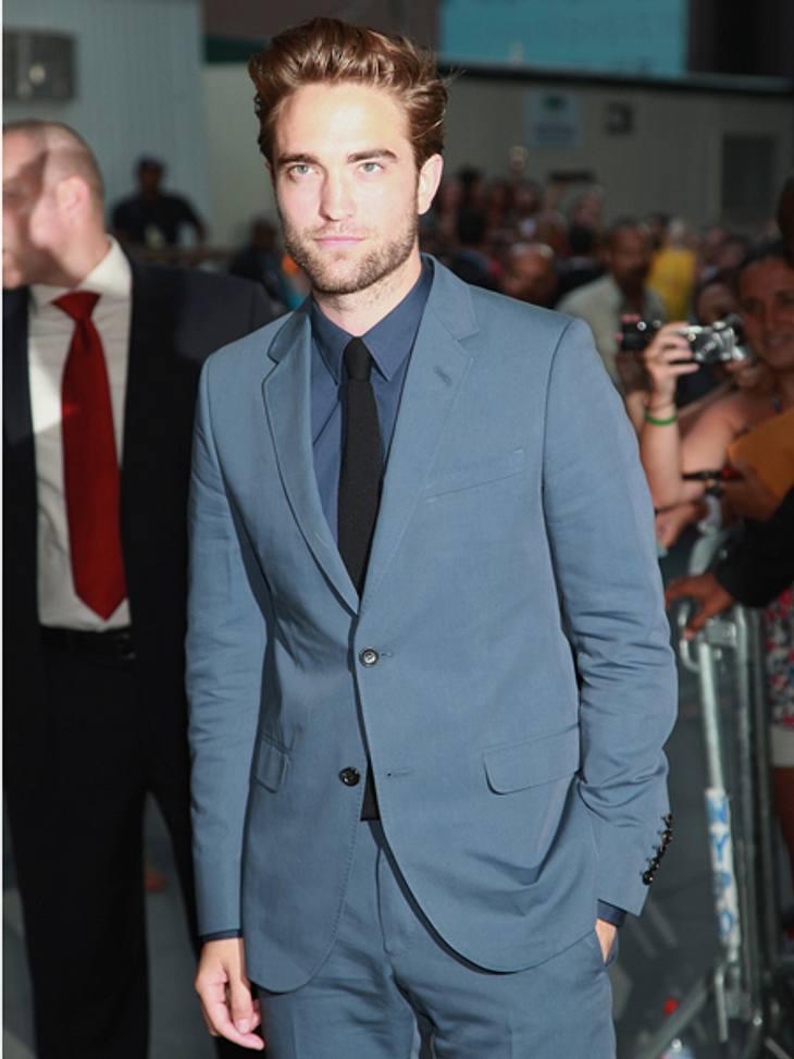 """Smart, sexy, souverän - Robert Pattinson auf der """"Cosmopolis""""-PremiereEs war sein erster öffentlicher Auftritt, seit die Affäre von Kristen Stewart (22) bekannt wurde. Zuvor hieß es, Robert Pattinson sei sehr nervös. Verständlich."""