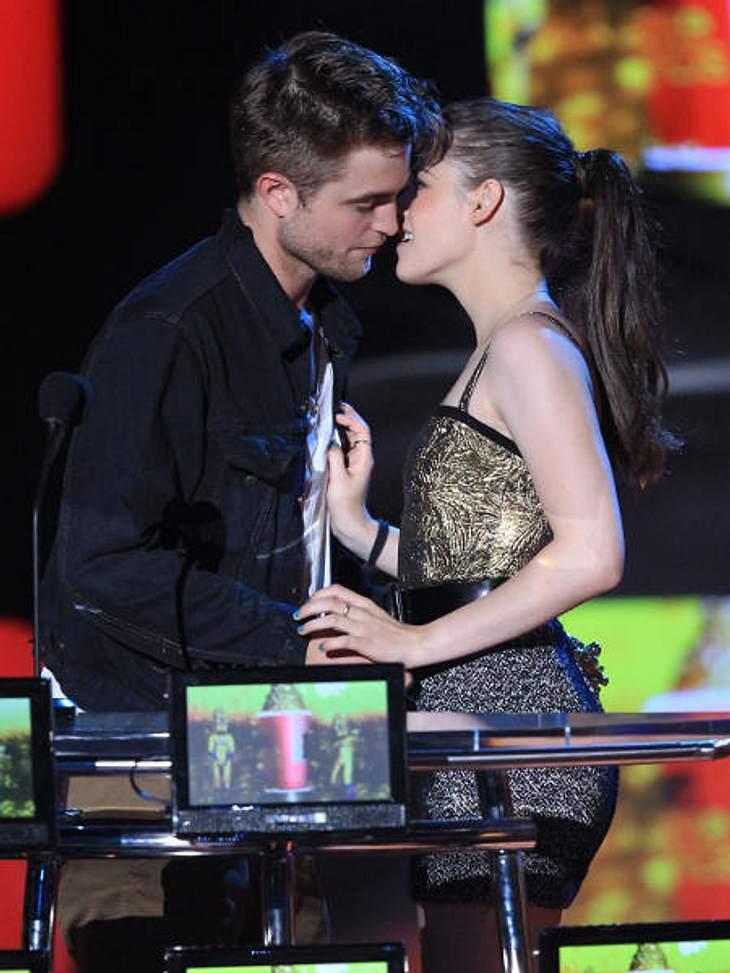 Robert Pattinson & Kristen StewartBei den MTV Movie Awards 2010 zogen Robert Pattinson und Kristen Stewart das gleiche Spiel ab. Erst das Publikum anheizen und einen Kuss vorspielen und dann ....