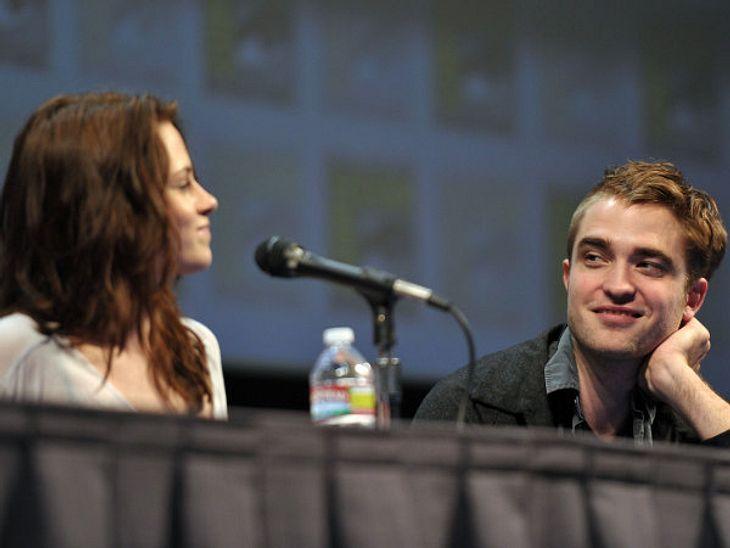"""Robert Pattinson & Kristen StewartSeitdem so gut wie offiziell bestätigt wurde, dass Rob und Kristen ein Paar sind, schmachten sie sich auch ganz öffentlich an - wie hier bei einer Pressekonferenz auf der """"Comic Con"""" zu """""""