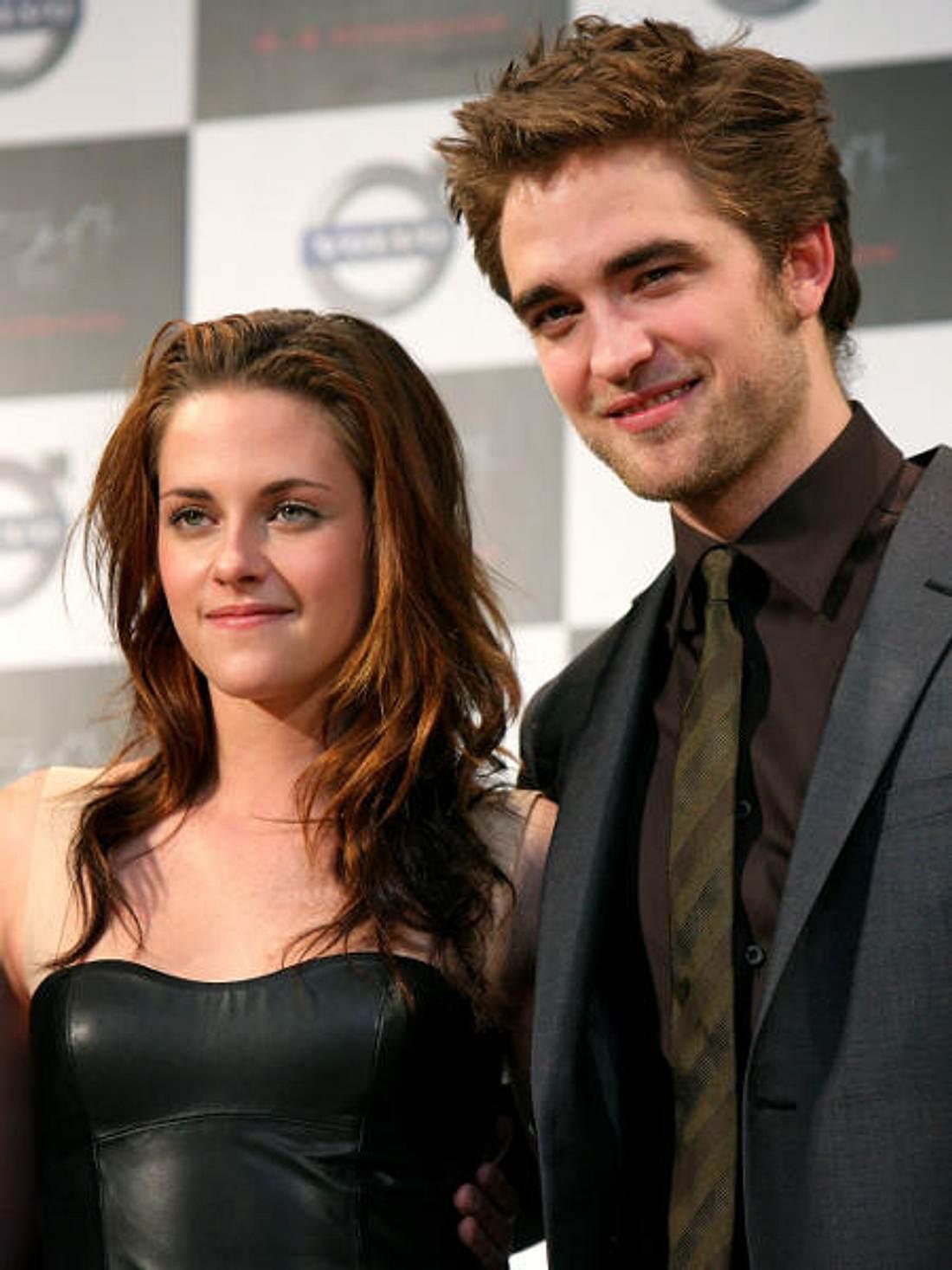 Robert Pattinson & Kristen StewartAus der unschuldigen Kristen Stewart alias Bella ist eine Frau geworden. Bei einer Pressekonferenz in Tokio kam sie in einem sexy Lederdress - sehr zur Freude ihres Freundes Robert.