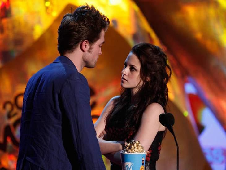 """Robert Pattinson & Kristen StewartBei den MTV Movie Awards 2009 bekamen Kristen und Robert die Auszeichnung in der Kategorie """"Bester Kuss"""". Auf der Bühne hielten sie die Zuschauer in Atem, als sie augenscheinlich Anstalten mac"""