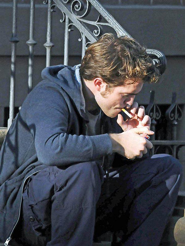 Robert Pattinson ist ein Star, zu dem vor allem junge Mädchen aufschauen. Von den Glimmstängeln konnte ihn seine Vorbildfunktion bis jetzt aber noch nicht fernhalten...