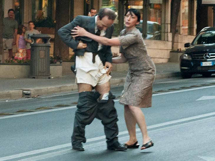 Stars am SetIm neusten Woody-Allen-Film zieht sich Roberto Benigni mitten auf der Straße aus.