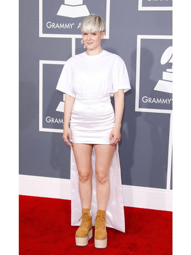 """Die Stars lieben Vokuhila-KleiderDie schwedische Sängerin Robyn (32) konnte sich offenbar auch nicht entscheiden, ob sie ein kurzes oder langes Kleid zu den """"Grammy Awards"""" tragen wollte. Heraus kam dieser futuristische Look, den"""
