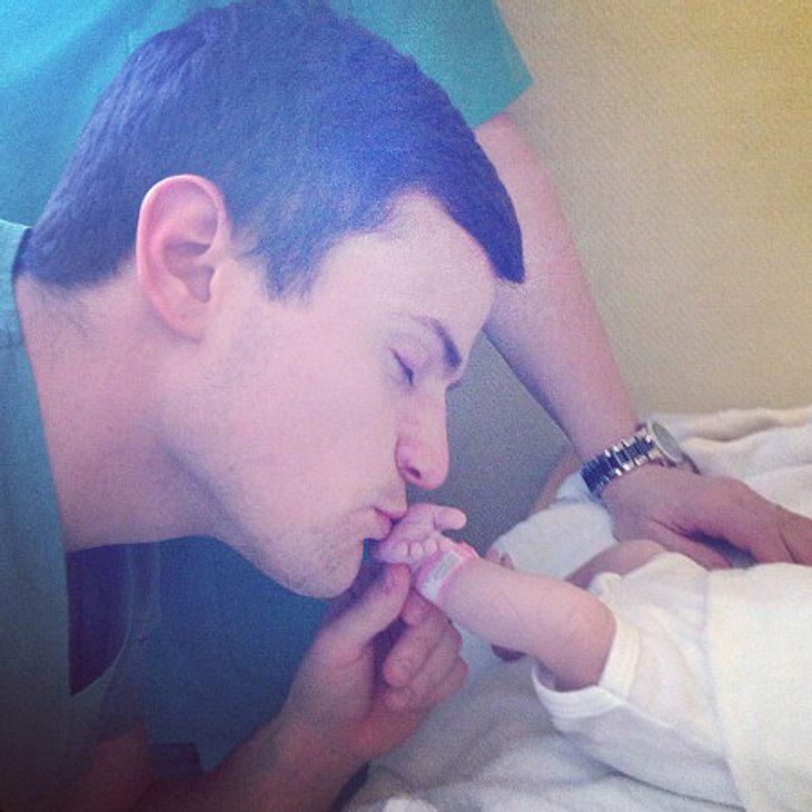 Rocco Stark küsst seine Tochter Amelia.