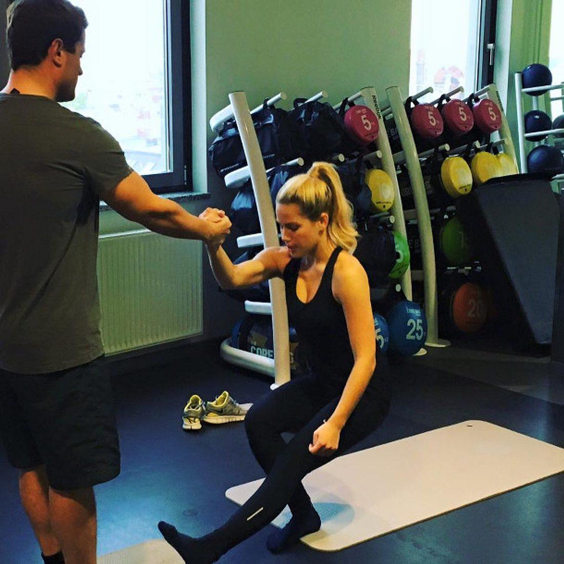 Rocco Stark begleitet Angelina Heger ins Fitnessstudio