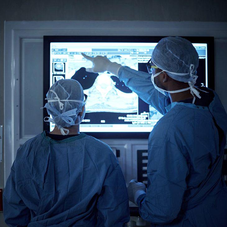 Mann hat Glas im Hintern - Not-Operation!