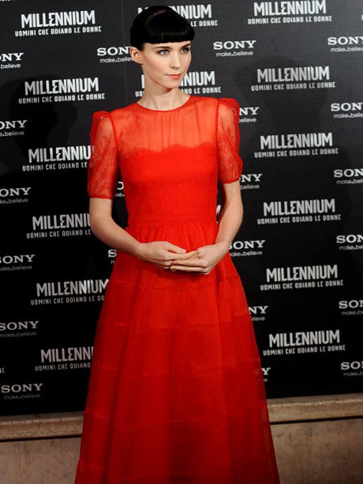 """,Rooney Mara vs. Noomi Rapace: Die """"Verblendung""""-StarsVor der Lisbeth-Salander-Rolle pflegte Rooney Mara einen ganz anderen Style. Süße Löckchen, Pastellfarben, Rüschen und Blumenprints. Heute ist Rooney zur Stilikone avanciert. K"""