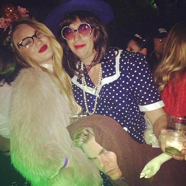 Die schrägsten Hollywood-Kostüme der StarsWen Topmodel Rosie Huntington-Whiteley (25, links) darstellen wollte, konnte nicht abschließend geklärt werden: Yeti-Jacke, 50er-Jahre-Brille und Blumen-Haarschmuck ergeben zwar kein ganz stimmiges