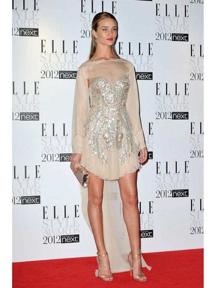 Die Stars lieben Vokuhila-KleiderBei diesem Kleid weiß man ja gar nicht, wo man als erstes hinschauen soll: Pailletten, Flatterärmel, Tüll-Schleppe - Model Rosie Huntington-Whiteley (24) gibt mit diesem Dress fashion-technisch alles.