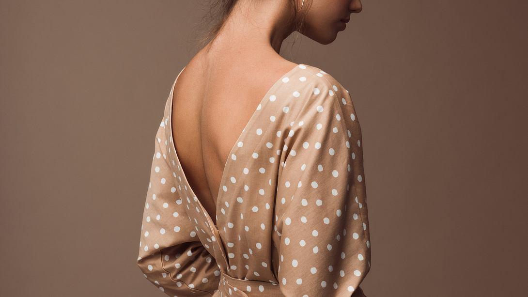 Mit einem rückenfreien BH kannst du einen tiefen Rückenausschnitt stylen. - Foto: iStock/ CoffeeAndMilk