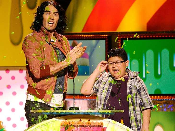 """Kids Choice AwardsEtwas Rest-Schleim bekamen auch  Russell Brand und Rico Rodriguez (""""Modern Family"""") ab, dabei sollten sie doch nur den nächsten Preis übergeben."""