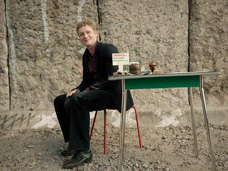 Russendisko: Exklusive SzenenbilderUm sich etwas dazu zu verdienen, verhökert Wladimir (Matthias Schweighöfer) Teile der Berliner Mauer.