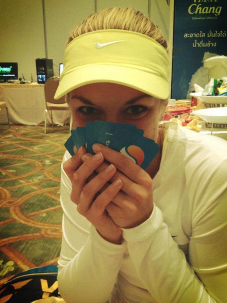 Was Sabine Lisicki macht wenn es regnet? Sie holt die Spielkarten raus und übt für Facebook das Pokerface.