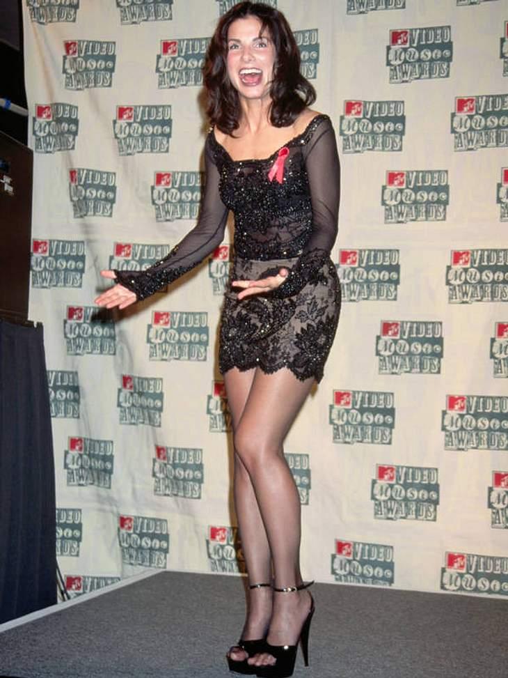 Kurz, kürzer, Sandra Bullock! Mit Mikro-Mini, Stripper-Heels und Glimmer-Top stolzierte Sandra 1994 über den mausgrauen Teppich der MTV Video Music Awards.