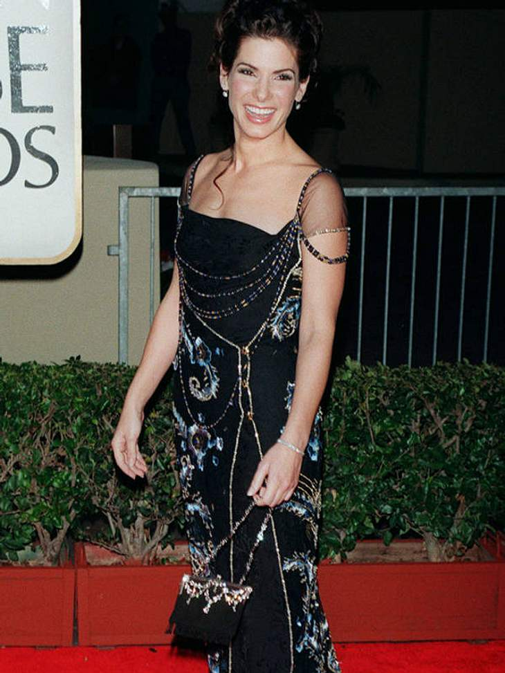 Ein bisschen Strass hier, einige Stickereien da: Sandra Bullock auf dem 1998er Red Capet der Golden Globes.