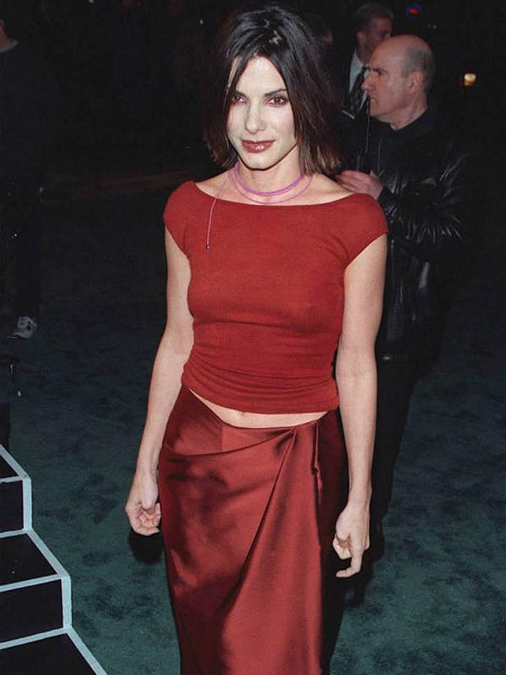 Blutroter Kajal, Bindfaden-Kettchen, Nippelalarm und Gardinentaftrock - definitv nicht Sandra Bullocks bester Look auf dem Roten Teppich.