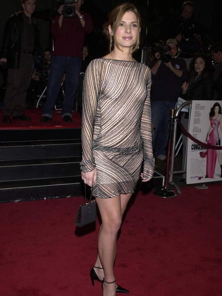 Im Dezember 2000 bibberte sich Sandra Bullock im Glitzer-gestreiften Minikleid über den Roten Teppich.
