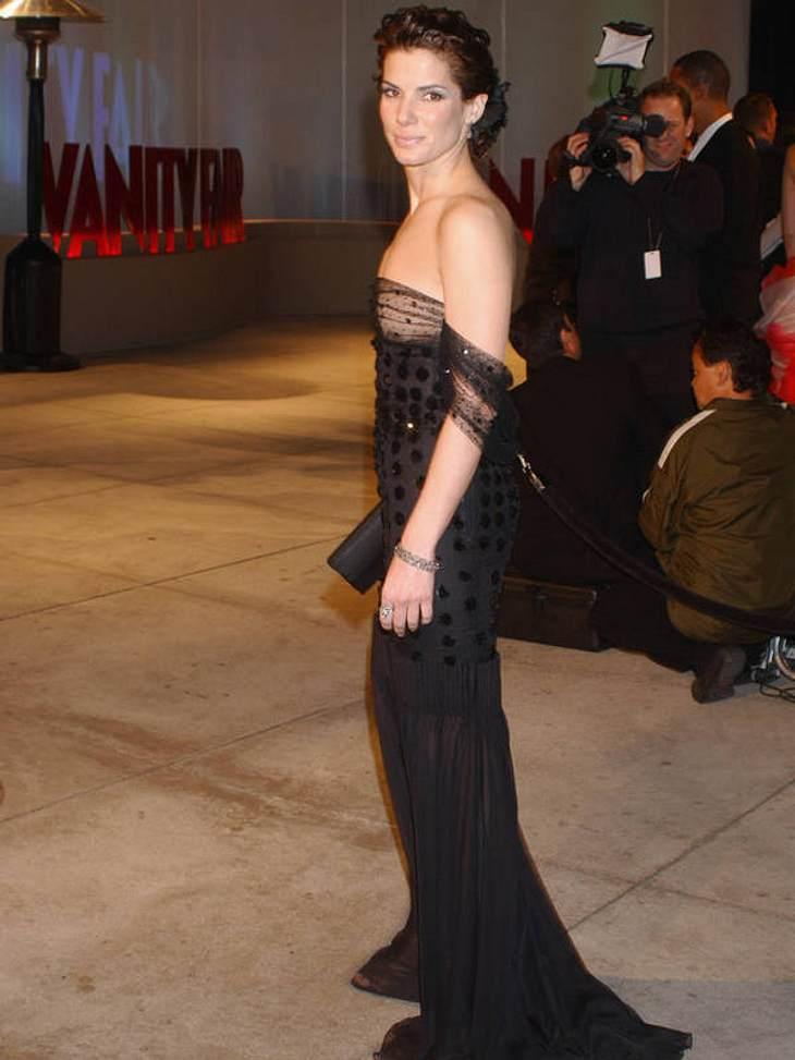 Der schwarze Wow-Effekt begeisterte 2002 die geladene Presse der Oscar-Party. Und so oft die Paparazzi auch auf Sandra Bullocks Dekolette blitzten: ihr halbtransparentes Bustier-Top hielt dicht!