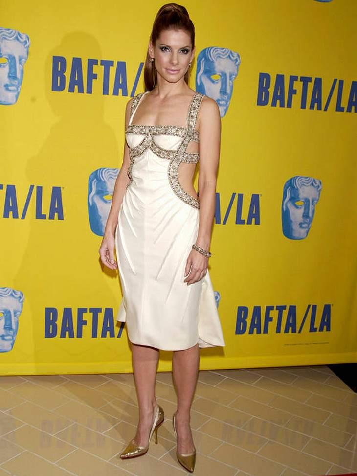 Griechische Göttin mit Hang zum Versace-Fummel oder Gold-Marie meets korsettierte Cocktailkleid? Sandra Bullock probiert gern neue Looks aus, wie hier 2003 bei den BAFTA-Awards in Los Angeles.